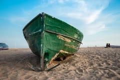 在海滩和蓝天的绿色渔船 免版税库存照片