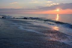 在海洋和跳船的日出 库存照片
