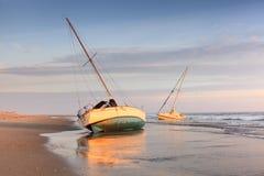 在海滩哈特拉斯角北卡罗来纳的小船 免版税库存照片