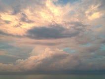 在海洋地平线的云彩在南海滩,迈阿密的日落期间 免版税库存图片