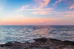 在海洋地平线的美丽的日落天空 免版税库存图片
