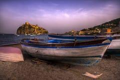 在海滩坐骨Ponte意大利的小船。 免版税库存图片