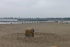 在海滩城堡的一张海滩睡椅 库存图片