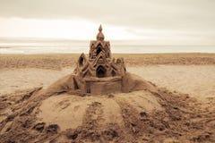在海滩巴塞罗那的沙子城堡。西班牙 库存图片