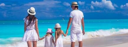 在海滩夏天期间,四口之家与两个孩子 免版税库存照片
