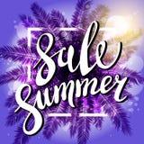 在海滩夏天销售紫罗兰色背景的日落与棕榈 横幅eps10文件层状向量 免版税库存照片