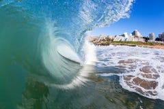 在海滩大厦里面的波浪游泳 免版税图库摄影