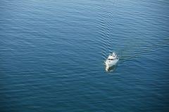 在海洋天线的小船 免版税图库摄影