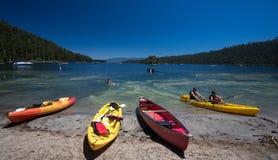 在海滩太浩湖,加利福尼亚的独木舟 免版税库存图片