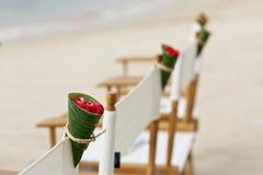 在海滩婚礼地点的花装饰 免版税库存图片