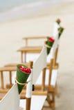 在海滩婚礼地点的装饰椅子 库存图片