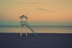 在海滩寂寞的日落 免版税库存图片
