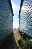 在海滩小屋之间的看法向以远海 免版税库存图片