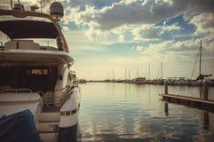 在海洋小游艇船坞游艇俱乐部的日出 库存照片