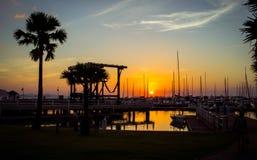 在海洋小游艇船坞游艇俱乐部的日落 免版税库存照片