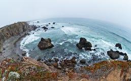 在海洋岸上的峭壁 免版税图库摄影