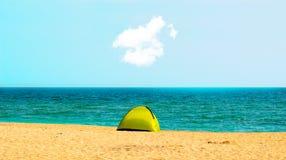 在海滩岸的唯一野营的帐篷与云彩 免版税库存图片