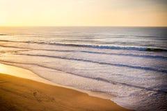 在海洋岸的美好的橙色日落 免版税库存图片