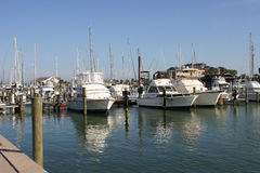 在海滨广场的小船 免版税库存图片