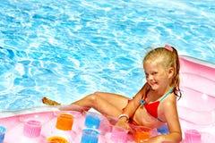 在海滩床垫的儿童游泳。 图库摄影