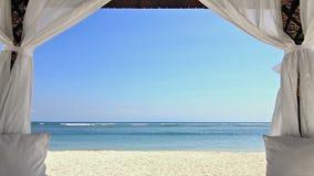 在海滩徒升的Ggazebo 股票录像