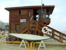 在海滩手表塔的楼梯的救生带 免版税库存图片