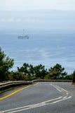 在海洋打开路和油钻子平台 免版税库存图片