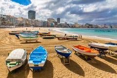 在海滩-拉斯帕尔马斯,大加那利岛,西班牙的小船 免版税图库摄影