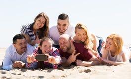 在海滩拍摄的朋友 免版税库存照片