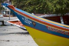 在海滩排列的五颜六色的木渔夫小船,玛格丽塔是 免版税图库摄影