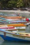 在海滩排列的五颜六色的木渔夫小船,玛格丽塔是 库存图片