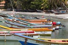 在海滩排列的五颜六色的木渔夫小船,玛格丽塔是 免版税库存照片