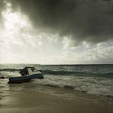 在海滩搁浅的多暴风雨的天气和渔船 免版税图库摄影