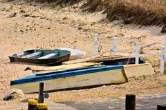 在海滩放弃的划艇 免版税库存照片