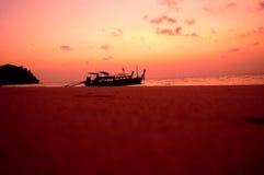 在海滩旁边的小船 库存照片