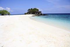 在海洋旁边的白色沙子海滩 免版税库存图片