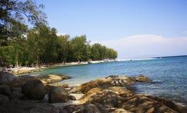在海洋旁边的石海滩 图库摄影