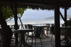 在海滩旁边的空的餐馆 图库摄影