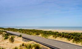 在海滩旁边的自行车道路 免版税图库摄影