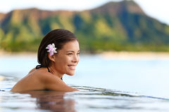 在海滩旅行假日期间,游泳池妇女 免版税库存照片