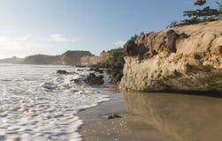 在海滩-日出的五颜六色的峭壁 图库摄影