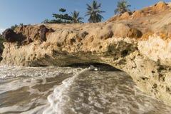 在海滩-日出的五颜六色的峭壁 库存图片