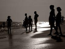 在海滩日落的情感剪影 免版税库存照片