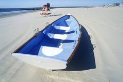 在海滩早晨,开普梅, NJ的救生艇 库存照片