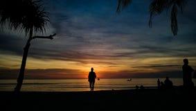在海滩普吉岛泰国的日落 免版税库存图片