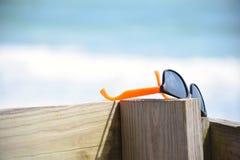 在海滩木板走道的对树荫 免版税库存图片