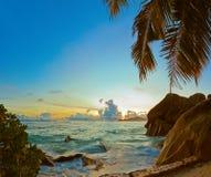 在海滩来源D'Argent的日落在塞舌尔群岛 库存照片