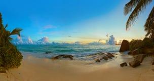 在海滩来源D'Argent的日落在塞舌尔群岛 免版税库存照片