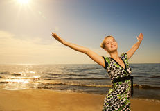 在海洋松弛妇女附近 免版税图库摄影