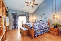 在海洋样式的可爱的木卧室内部 图库摄影